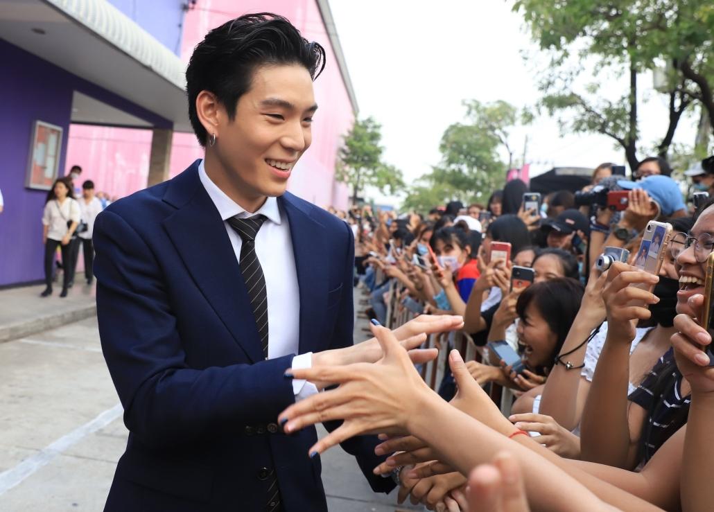 เจเจ กฤษณภูมิ นักแสดงนาดาว บางกอก ทักทายแฟน ๆ ที่มารอให้กำลังใจ