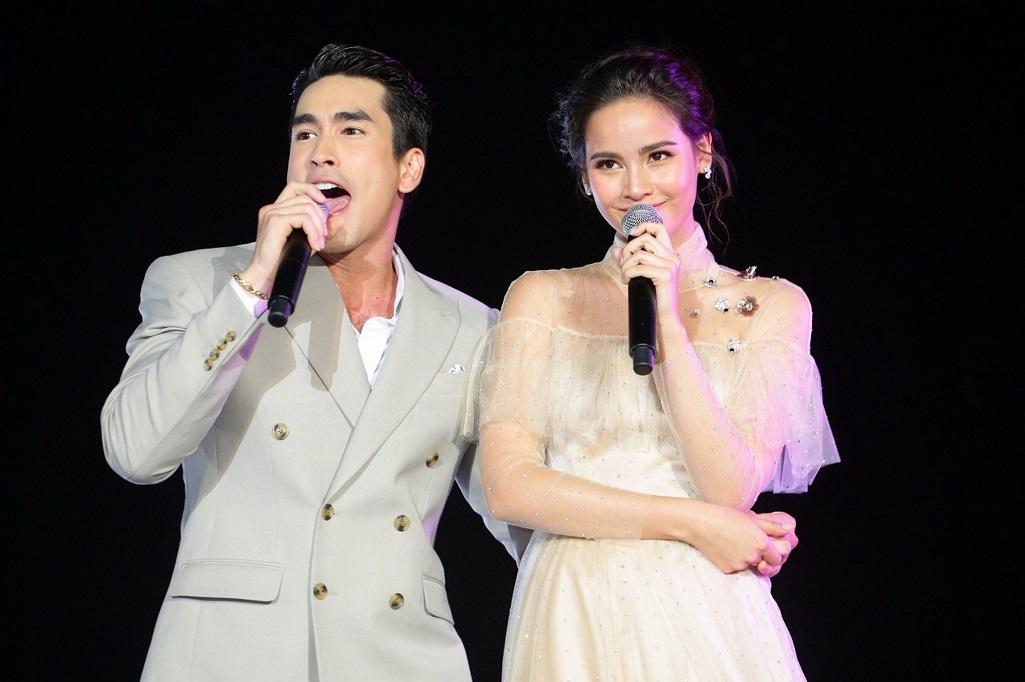 14.โชว์ร้องเพลงคู่กัน