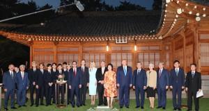 'EXO' วงเค-ป๊อปตัวแทนแห่งเกาหลีใต้ ร่วมต้อนรับประธานาธิบดีแห่งสหรัฐอเมริกา  'โดนัลด์ ทรัมป์' ณ บลูเฮาส์ ประเทศเกาหลีใต้
